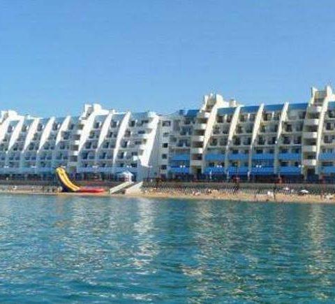 Вид с моря на набережную гостиницы